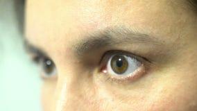 Bang gemaakte blik van de vrouw doen schrikken uitdrukking van de gezichtsvrees dicht omhoog stock footage