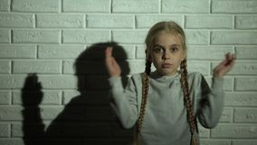 Bang gemaakte meisje sluitende ogen met handen, getuige van familiegeweld stock video