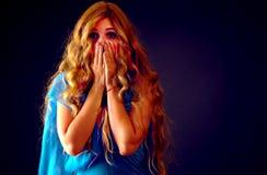 Bang gemaakte vrouw die met vrees binnen bij Halloween-nacht gillen stock foto's