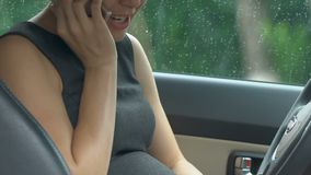 Bang gemaakte zwangere onderneemster die 911 draaien, zittend in auto, voorbarige geboorte stock video