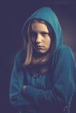 Bang tienermeisje in kap Royalty-vrije Stock Afbeeldingen
