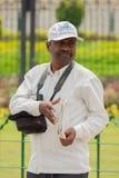 Bangalore, il Karnataka India 4 giugno 2019: Fotografo ai clienti o alla gente aspettanti di soudha di Vidhana alla presa immagini stock libere da diritti