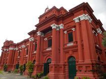 Bangalore, il Karnataka, India - 8 settembre 2009 costruzione di colore rosso del museo di governo a Bangalore immagini stock