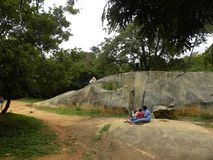 Bangalore, il Karnataka, India - 5 settembre 2009 il parco di Cubbon con grande granito oscilla Fotografia Stock