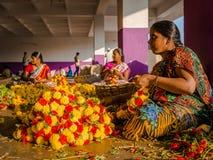 BANGALORE INDIA, Czerwiec, - 06 2017: Kwiatów sprzedawcy przy KR rynkiem w Bangalore w Bangalore, India Zdjęcia Stock