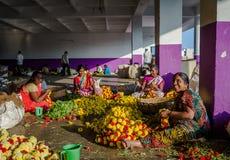 BANGALORE INDIA, Czerwiec, - 06 2017: Kwiatów sprzedawcy przy KR rynkiem w Bangalore w Bangalore, India Zdjęcie Stock