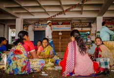 BANGALORE INDIA, Czerwiec, - 06 2017: Kwiatów sprzedawcy przy KR rynkiem w Bangalore w Bangalore, India Obrazy Stock