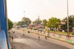 BANGALORE INDIA 3 Juni, 2019: Bussen in het Busstation van Kempegowda dat als Majestueus tijdens ochtendtijd wordt bekend stock foto's