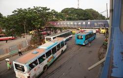 BANGALORE INDIA 3 Juni, 2019: Bussen in het Busstation van Kempegowda dat als Majestueus tijdens het verkeerscongestie van de och stock fotografie