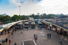 BANGALORE INDIEN Juni 3, 2019: Bussar i den Kempegowda bussstationen som är bekant som majestätiskt under blodstockning för trafi royaltyfri bild