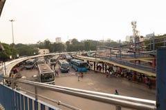 BANGALORE INDIEN Juni 3, 2019: Bussar i den Kempegowda bussstationen som är bekant som majestätiskt under blodstockning för trafi arkivfoto