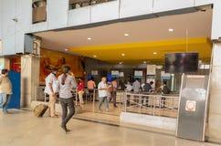 Bangalore Indien - Juni 3, 2019: Oidentifierat folk på biljetträknaren som köper biljetter på den Bangalore järnvägsstationen royaltyfri fotografi