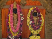 Bangalore, Karnataka, Índia - ídolos 1º de janeiro de 2009 dourados e pretos de Lord Narayana e da deusa Lakshmi Fotos de Stock Royalty Free