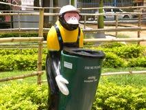 Bangalore, Karnataka, Inde - 4 septembre 2009 le singe d'A avec un chapeau a formé la poubelle de déchets dans le jardin Image libre de droits