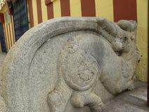Bangalore, Karnataka India, Czerwiec, - 2, 2010 Antyczna kurenda rzeźbiąca kamienna rzeźba przy Harihareshwara świątynią semi zdjęcia royalty free