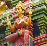 Bangalore, Karnataka India, Kwietnia 26 2018 Kolorowa kamienna bogini Lakshmi statua, - obraz royalty free