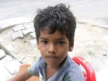 Bangalore, Karnataka India, Kwietnia 26 2018 młoda Indiańska chłopiec na ulicie portret, - Obraz Stock