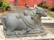 Bangalore, Karnataka, India - September 8, Oud de steenstandbeeld van 2009 van Nandi Bull bij Overheidsmuseum Stock Afbeeldingen
