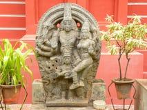 Bangalore Karnataka, Indien - September 8, 2009 forntida stenskulptur av Lord Vishnu med gudinnan Lakshmi på det regerings- musee Royaltyfria Foton
