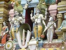 Bangalore Karnataka, Indien - September 5, 2009 skulpturer av hinduiska gudar på gopuram av den Sri Venkateshwara templet Royaltyfria Bilder