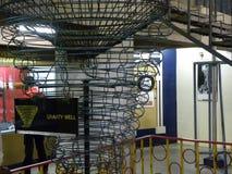 Bangalore Karnataka, Indien - September 8, 2009 väl modell för gravitation, begreppsmässig modell av gravitationsfältet Arkivfoto
