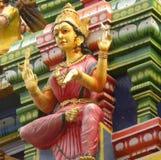 Bangalore, Karnataka, la India - 26 de abril de 2018 estatua de piedra colorida de la diosa Lakshmi imagen de archivo libre de regalías