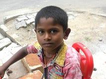 Bangalore, Karnataka, la India - 26 de abril de 2018 retrato de un muchacho indio joven en el camino fotos de archivo libres de regalías