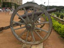 Bangalore, Karnataka, la India - 1 de enero de 2009 cañón antiguo con las ruedas de madera en el palacio de Bangalore Fotos de archivo