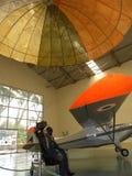 Bangalore, Karnataka, la India - 1 de enero de 2009 exhibición de un maniquí que expulsa los aviones y que abre el paracaídas foto de archivo libre de regalías