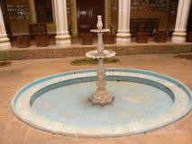 Bangalore, Karnataka, la India - 1 de enero de 2009 fuente antigua en el patio de Maharani's en el palacio de Bangalore fotos de archivo libres de regalías