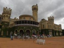 Bangalore, Karnataka, la India - 1 de enero de 2009 visión del palacio de Bangalore con las nubes oscuras imagenes de archivo