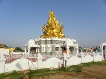 Bangalore, Karnataka, la India - 27 de mayo de 2010 estatua de oro grande de Lord Ganesha del color encima de un templo Imagen de archivo