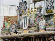 Bangalore, Karnataka, la India - 5 de septiembre de 2009 adornos y alivio de bas coloridos en el gopuram del templo de Sri Venkat Fotografía de archivo libre de regalías