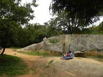 Bangalore, Karnataka, la India - 5 de septiembre de 2009 el parque de Cubbon con granito grande oscila Foto de archivo