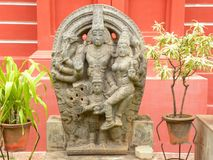 Bangalore, Karnataka, la India - 8 de septiembre de 2009 escultura de piedra antigua de Lord Vishnu con la diosa Lakshmi en el mu fotos de archivo libres de regalías
