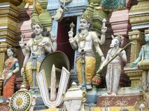 Bangalore, Karnataka, la India - 5 de septiembre de 2009 esculturas de deidades hindúes en el gopuram del templo de Sri Venkatesh imágenes de archivo libres de regalías