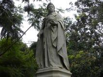 Bangalore, Karnataka, la India - 5 de septiembre de 2009 estatua de piedra blanca de la reina Victoria en el parque de Cubbon fotografía de archivo libre de regalías