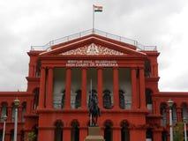 Bangalore, Karnataka, la India - 5 de septiembre de 2009 la tribunal superior de Karnataka construyó adentro en estilo neoclásico foto de archivo libre de regalías