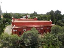 Bangalore, Karnataka, la India - 8 de septiembre de 2009 visión superior del edificio del color rojo del museo del gobierno imagen de archivo