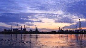 Bangchak Petroleum rafineria ropy naftowej w sylwetce, Petrochemiczny przemysłowy z wschodu słońca tłem zbiory