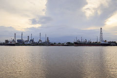 Bangchak Petroleum& x27; refinaria de petróleo de s na silhueta, ao lado de Chao Phraya River Fotografia de Stock Royalty Free