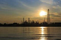 Bangchak Petroleum& x27; refinería de petróleo de s en silueta, al lado de Chao Phraya River Fotografía de archivo libre de regalías