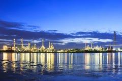 Bangchak Petroleum& x27; s rafineria ropy naftowej w ranku obok Chao Phraya rzeki, Obraz Stock