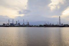 Bangchak Petroleum& x27; s rafineria ropy naftowej w sylwetce, obok Chao Phraya rzeki Fotografia Royalty Free