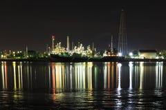 Bangchak Petroleum& x27; s rafineria ropy naftowej w sylwetce, obok Chao Phraya rzeki Obraz Royalty Free