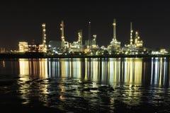 Bangchak Petroleum& x27; s rafineria ropy naftowej w sylwetce, obok Chao Phraya rzeki Obraz Stock