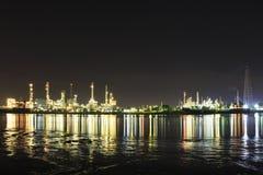 Bangchak Petroleum& x27; s rafineria ropy naftowej w sylwetce, obok Chao Phraya rzeki Fotografia Stock