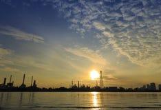 Bangchak Petroleum& x27; s rafineria ropy naftowej w sylwetce, obok Chao Phraya rzeki Obrazy Stock