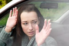 Bange vrouw in de auto Stock Fotografie