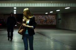 Bange vrouw in de metro Stock Foto's